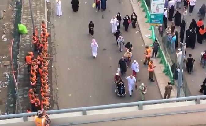 بالفيديو.. رجال الأمن يصطفون لوداع ضيوف الرحمن بـ التهليل و التكبير