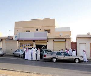 مواطنون يلجؤون لمكاتب خدمات عامة لإنجاز معاملاتهم