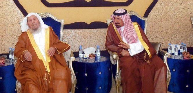 إثر وعكة صحية.. أمير نجران ونائبه يزوران الشيخ المكرمي في منزله للاطمئنان عليه (فيديو وصور)