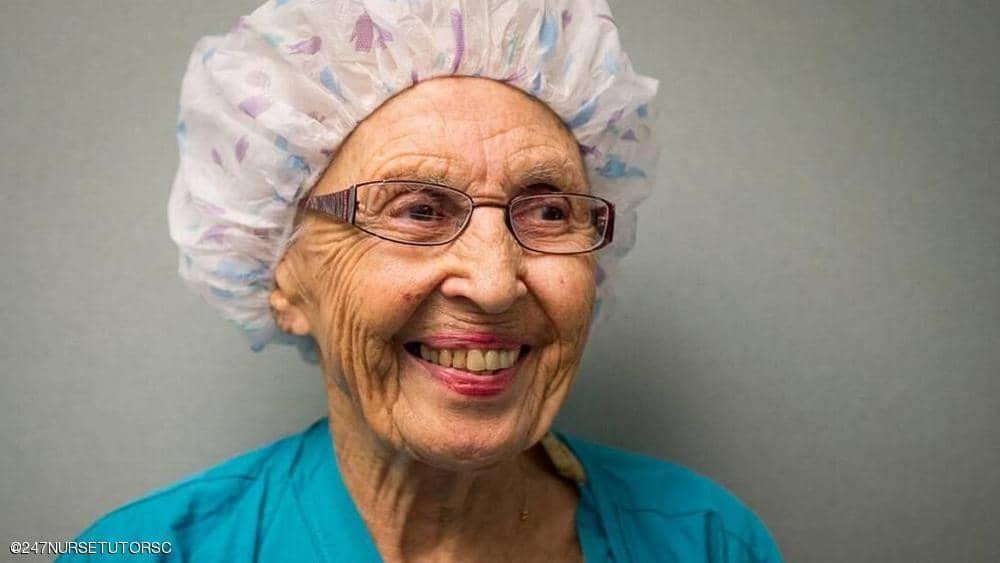 """بعد 70 عاما من الخدمة ، """"أقدم ممرضة أمريكية"""" على التقاعد"""