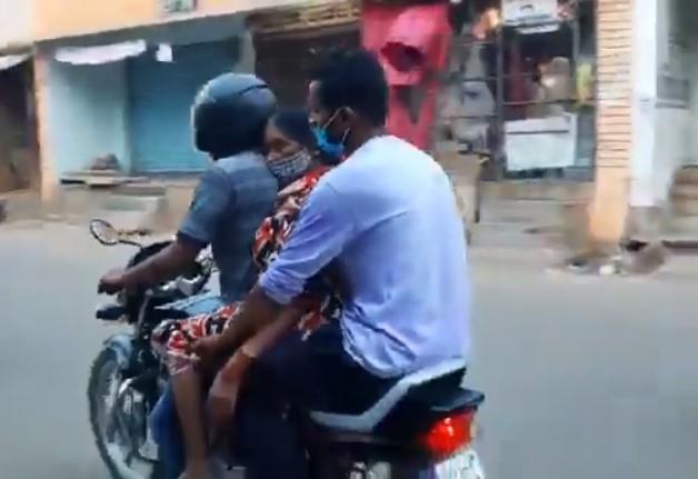 بسبب نقص سيارات الاسعاف ... جثة امرأة توفيت بكورونا تم نقلها على دراجة نارية بالهند (فيديو)