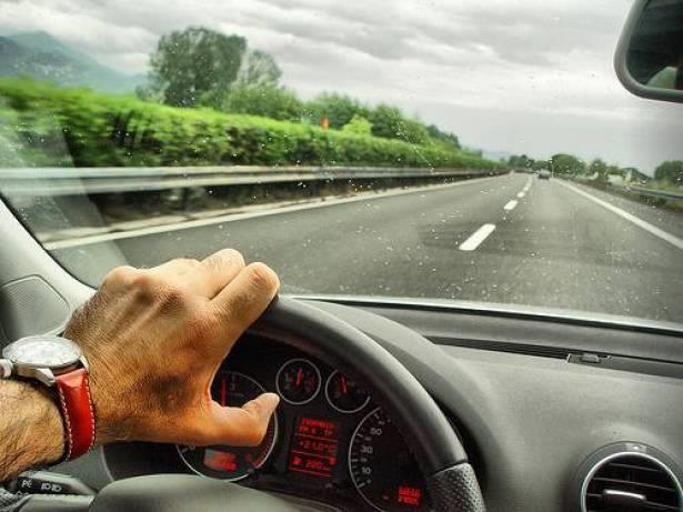 كيف تحافظ على سلامتك في المواقف الخطرة أثناء قيادة السيارة؟