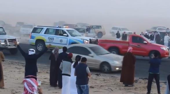"""بالفيديو.. مفحط يراوغ رجل أمن في ساحة """"تفحيط"""" بالكويت ويستفزه بصدم دوريته"""