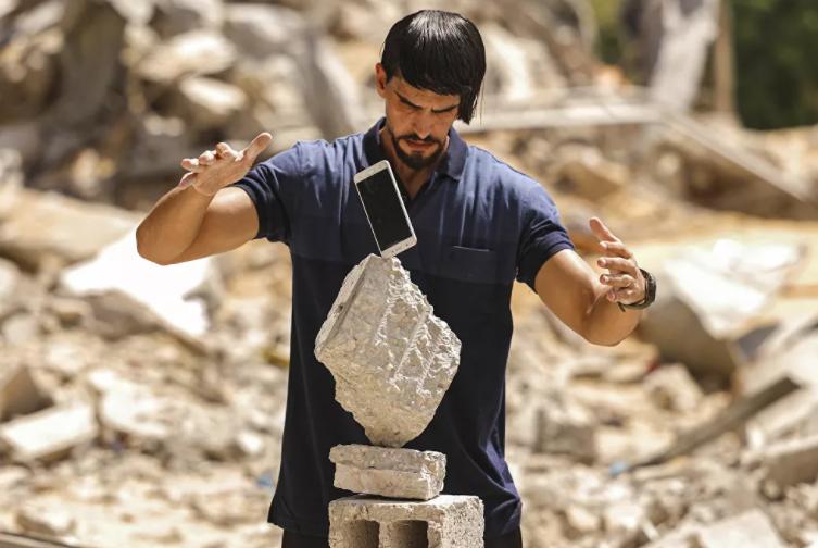 فلسطيني يذهل جمهوره بفن التوازن