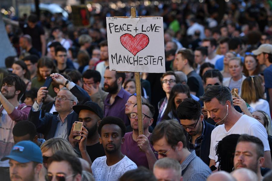 في ساحة ألبرت بمانشستر غرب إنجلترا في 23 مايو بعد هجوم إرهابي استهدف حفل اريانا غرادي وأوقع 22 قتيلا