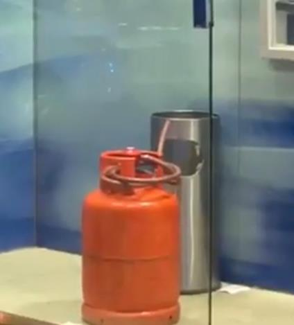 شخص يفتح أسطوانة غاز داخل غرفة صراف آلي بالرياض ويهرب.. والأمن يطيح به (فيديو)