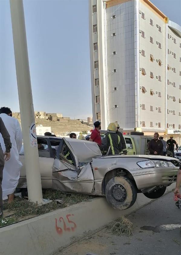 في حادثين منفصلين.. مركبتان تصطدمان بعمودي إنارة في الباحة بطريقة مروعة