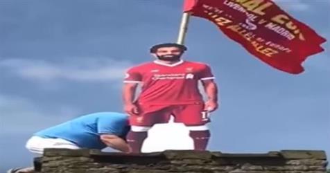 شاهد.. لحظة تثبيت تمثال لمحمد صلاح في إنجلترا