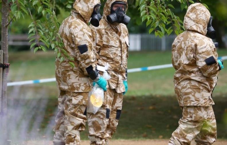 رجال بلباس عسكري واق من المواد الخطرة في حديقة في منطقة سالزبري في بريطانيا