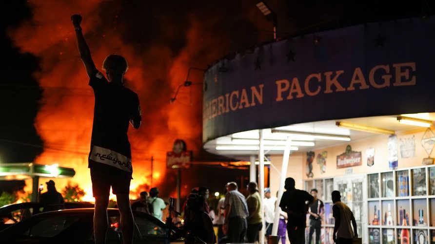 محتجون يحرقون مطعمًا في أتلانتا