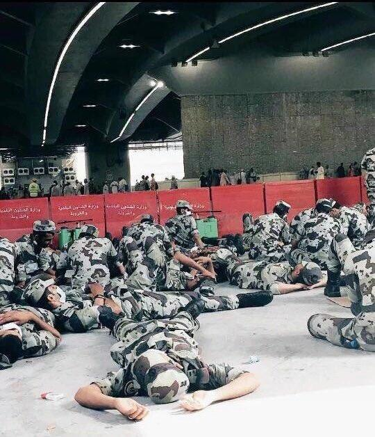 بالصور.. رجال الأمن المشاركين في الحج يفترشون الأرض بعدما أرهقهم التعب
