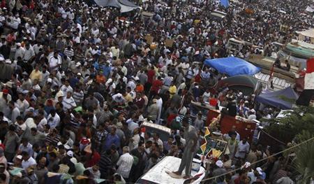 افراد من جماعة الاخوان المسلمين وانصار الرئيس المعزول محمد مرسي