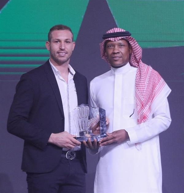 عبدالرزاق حمدالله يتوَّج بجائزة أفضل لاعب في الموسم.. وابن مصطفى يحقق القفاز الذهبي