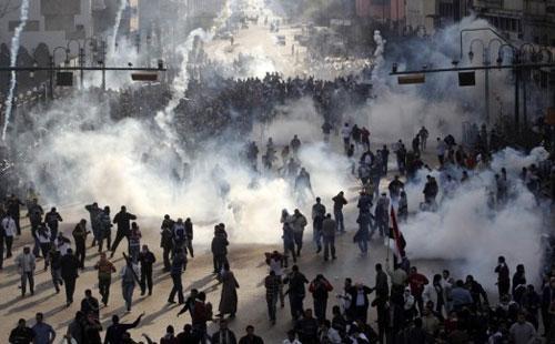 اشتباكات متقطعة بين المتظاهرين وقوات الأمن بشارع محمد محمود