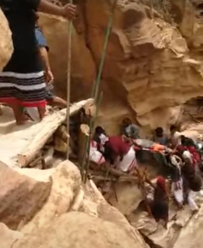 شخص يسقط من قمة جبل بجازان.. ومواطنون يسارعون لإنقاذه