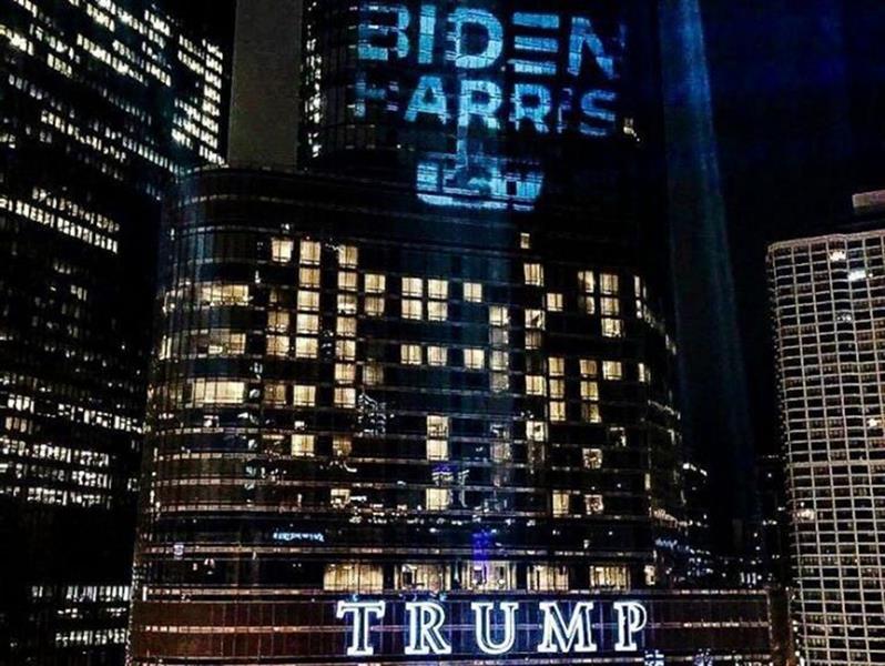 اسم بايدن يسطع على برج ترامب