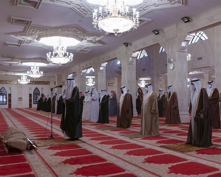 ملك البحرين يؤدي صلاة الجنازة على جثمان الأمير خليفة بن سلمان آل خليفة