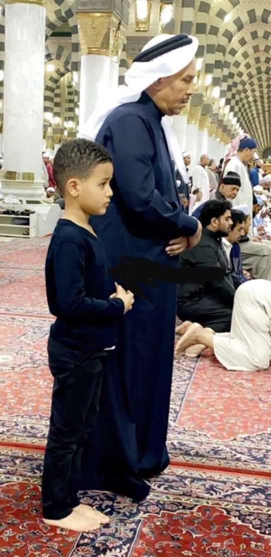 """صورة لمحمد عبده يُصلي برفقة نجله في المسجد النبوي..و""""آل الشيخ"""": """"لا يكون يدعي عليّ؟"""""""