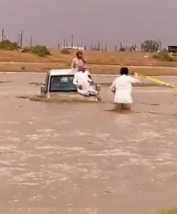 أخبار 24 | مواطن يغامر بحياته وينقذ شخصين علقت سيارتهما وسط السيل ...