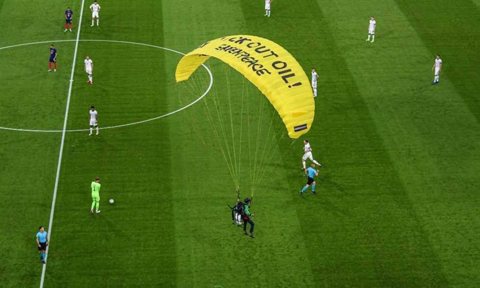شخص يقتحم ملعب المواجهة بين ألمانيا وفرنسا
