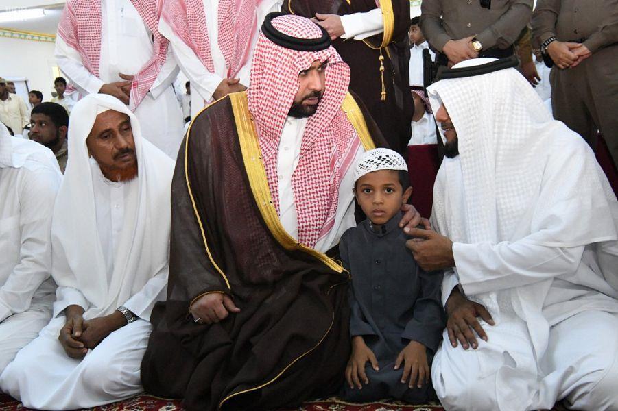 محتضناً نجل الفقيد.. أمير منطقة جازان بالنيابة يؤدي صلاة الميت على الشهيد ماجد شبير (صور)
