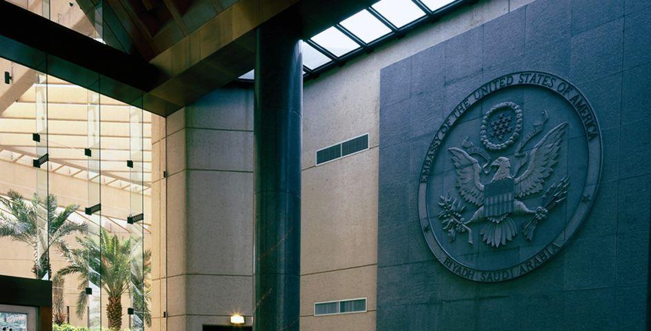 السفارة الأمريكية بالرياض تصدر بياناً حول قرار منع الجنسيات السبع من السفر
