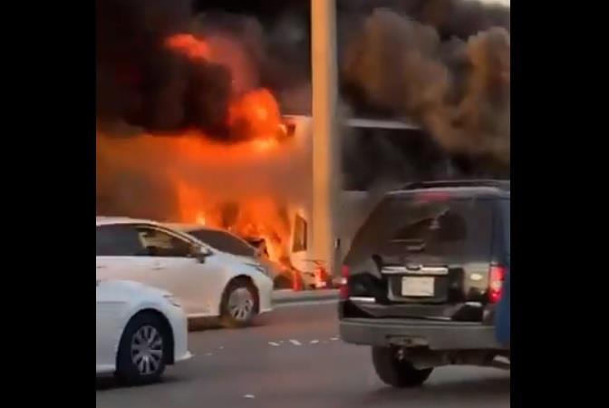 احتراق سيارة اصدمت بحافلة على طريق الملك عبد الله بالرياض