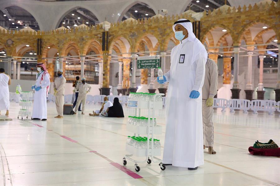 صور.. عربات خاصة لماء زمزم بصحن الطواف لضمان التزام المعتمرين بالمسارات المحددة
