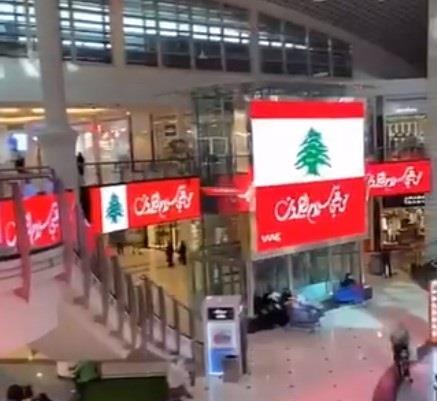 مول بالرياض يضع أعلام لبنان في كافة جنباته