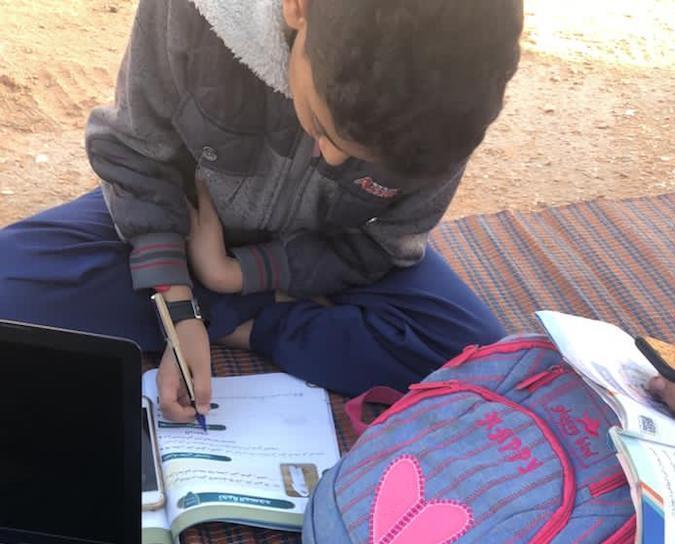 """مواطن يضطر للخروج مع أبنائه يومياً ليتلقوا دروسهم عبر """"مدرستي"""""""