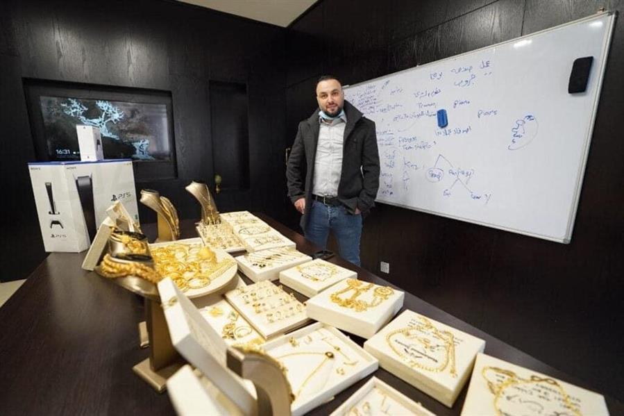 شاهد.. رجل أعمال أردني يوزع ذهباً على موظفيه