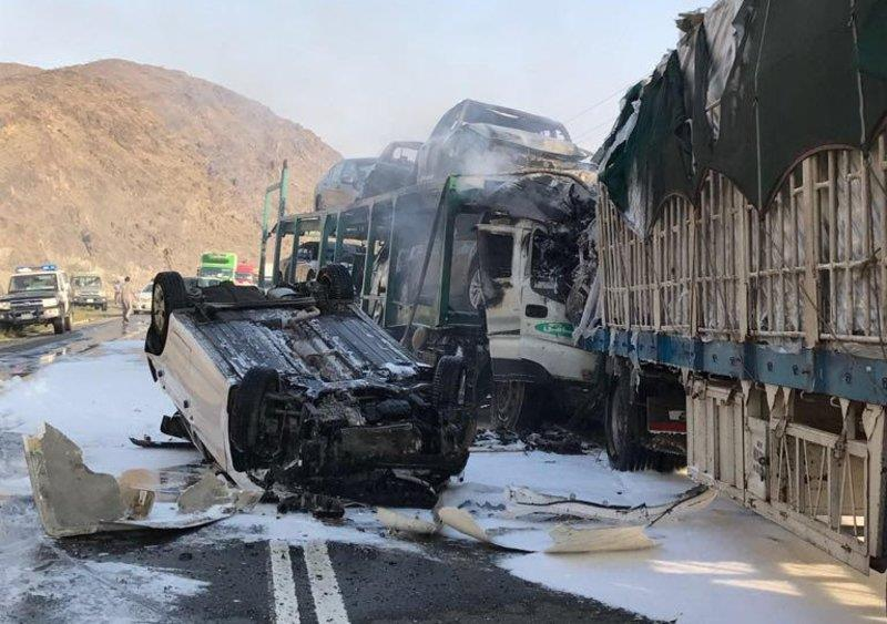 تفحم جثتي سائقي شاحنتين بعد حادث مروع شمال مكة (صورة)