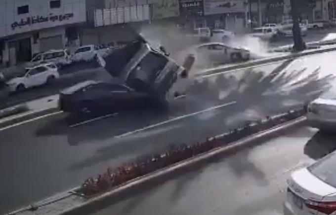 """سيارة """"ديانا"""" تنحرف عن مسارها وتصطدم بعدد من المركبات في تبوك"""