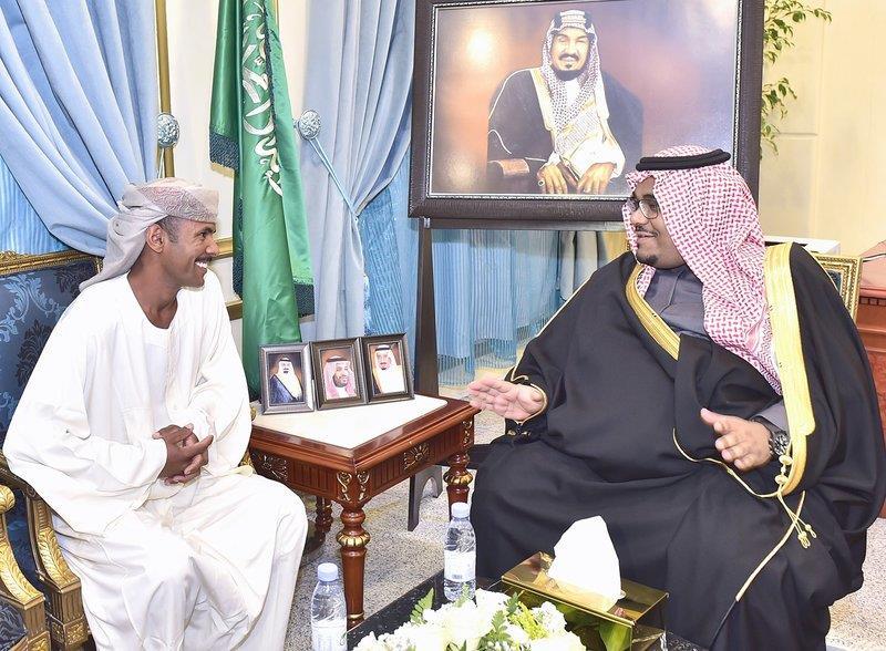 وزير الداخلية يكرم مقيماً سودانياً بنجران