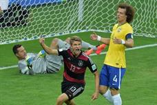 """بالفيديو: البرازيل تتلقى أكبر هزيمة بتاريخها بـ""""سباعية"""" من الماكينات الألمانية"""