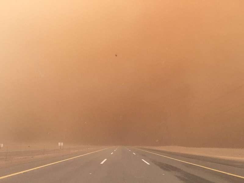 أمن الطرق يحذر سالكي الطرق السريعة في الرياض والشرقية من الغبار الكثيف