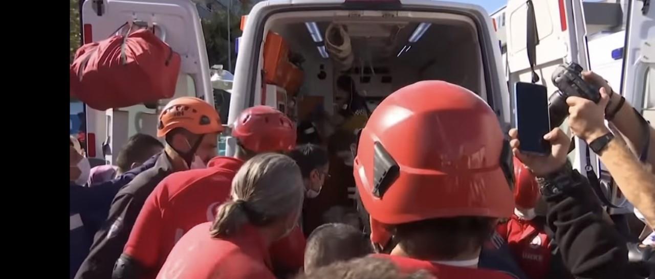 بعد 23 ساعة تحت الأنقاض.. إنقاذ أم وثلاثة أطفال بزلزال تركيا