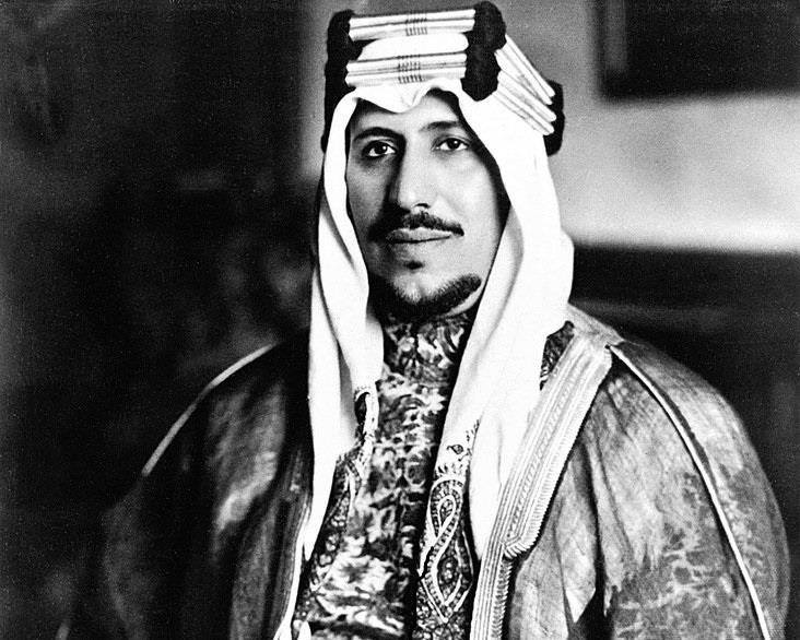 صورة نادرة للملك سعود في مهرجانات حارات مكة احتفالًا بعودته من حرب اليمن