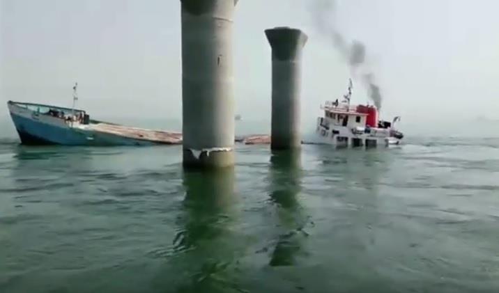 بالفيديو.. غرق باخرة إيرانية في الكويت وهي في طريقها للدوحة وإصابة 6 من طاقمها