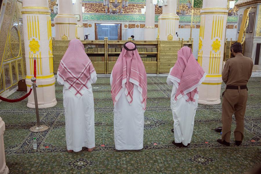 """تطبيق التباعد الاجتماعي بين المصلين في المسجد النبوي للوقاية من """"كورونا"""""""