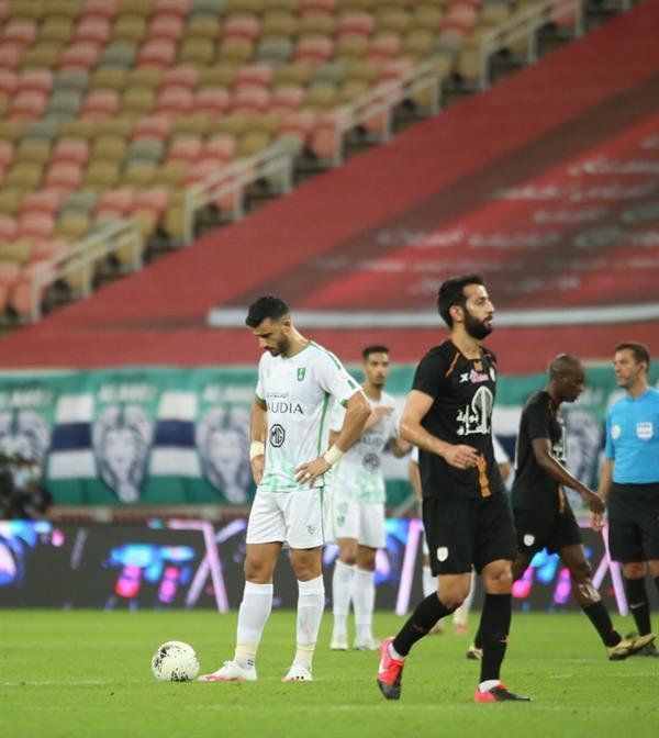 عبدالله الشامخ لاعب الشباب في مباراة أمام الأهلي