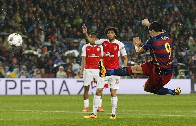 لحظة تسجيل سواريز هدفه أمام آرسنال في دوري الأبطال