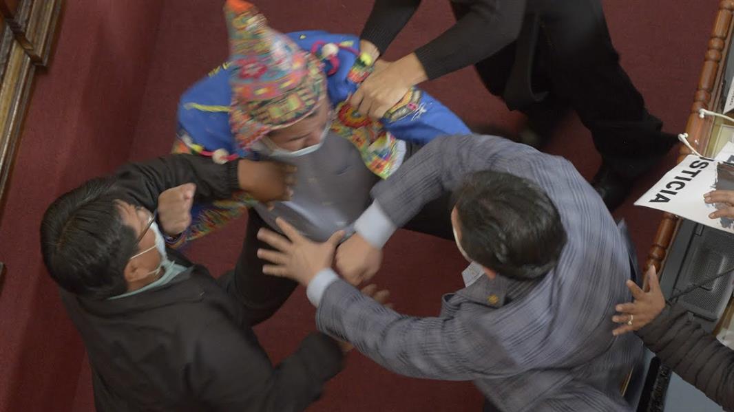 قتال عنيف بين نائبين في البرلمان البوليفي