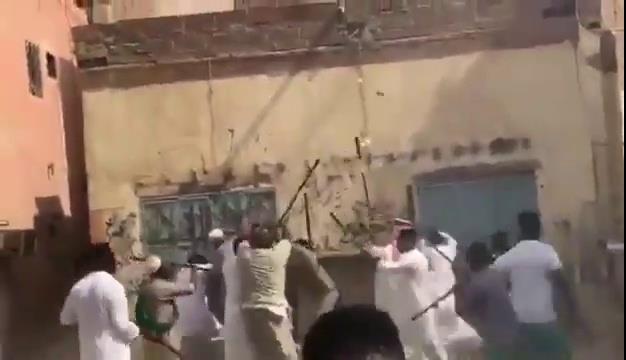 رقصة المزمار تتحول إلى عراك بالعصي في جدة