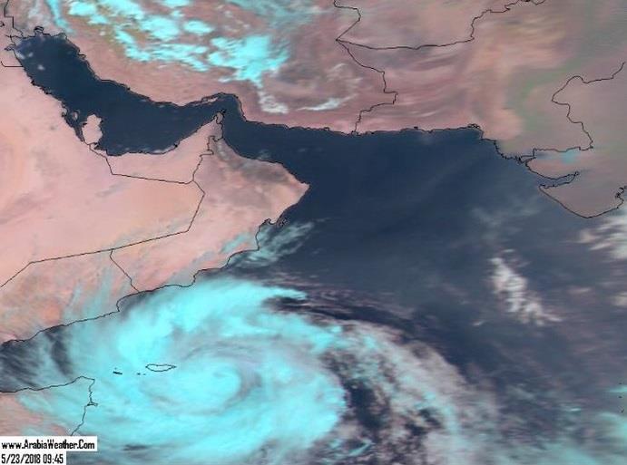 """شاهد.. منظر مهيب لسفينة تصارع أمواج بحر العرب بسبب العاصفة المدارية """"ميكونو"""""""