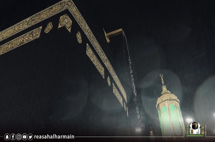 أجواء روحانية ولوحة جمالية لحظة سقوط زخات الأمطار على الحرم المكي
