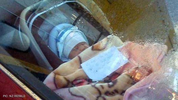 صورة الطفل داخل السيارة مع الملاجظة التي تركتها الأم