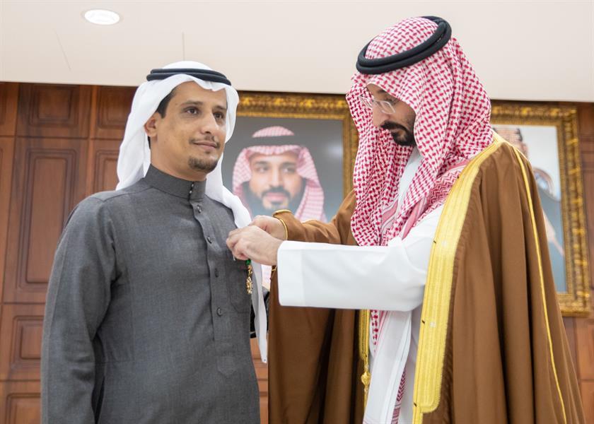 وزير الحرس الوطني يقلد عدداً من ذوي الشهداء وسام الملك عبدالعزيز