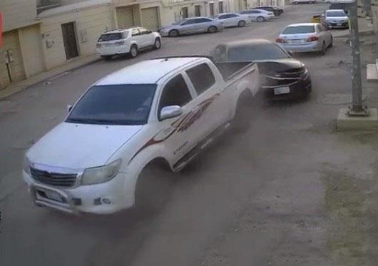 """قائد """"هايلكس"""" يصدم متعمدا مركبة متوقفة أمام منزل ويلحق بها أضراراً بالغة"""