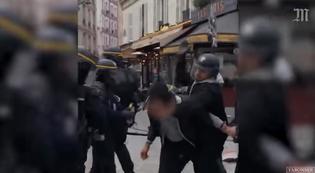 مستشار الرئيس الفرنسي يضرب متظاهراً